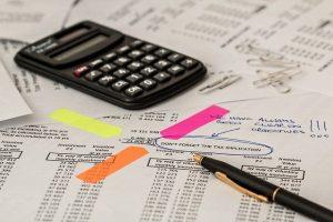 calculadora, folios, boligrafo, impuestos