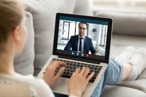 videoconsulta - personas hablando a través de un ordenador