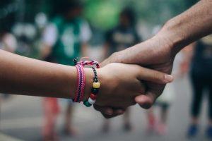 dos manos agarradas | colaboración | solidaridad