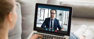 Videoconsulta - personas hablado a través del ordenador - hombre trajeado