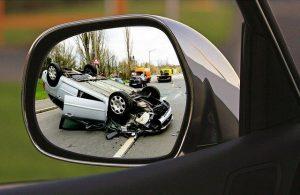 accidente de tráfico visto desde el retrovisor