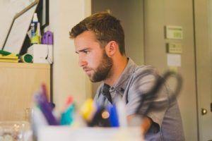 joven emprendedor en su escritorio de trabajo