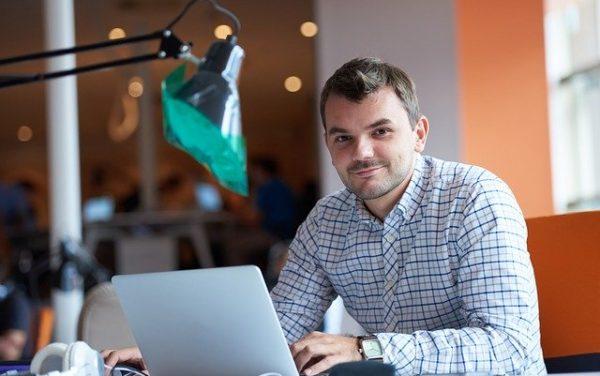 persona emprendedorea en oficina con el ordenador