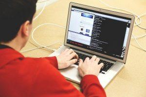 trabajador informático programando