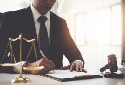 abogado firmando un documento