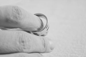 dedos con un anillo