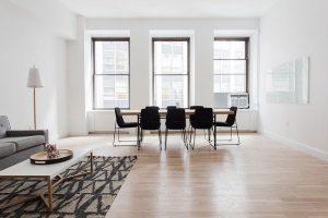 salon de una casa con una mesa y sillas orientadas hacia la ventana